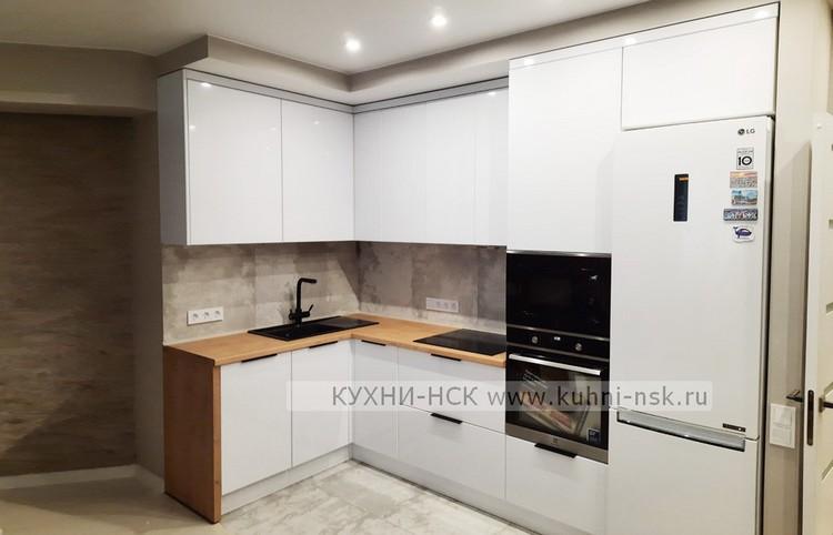 белая кухня в потолок столешница дерево Дуб Бунратти