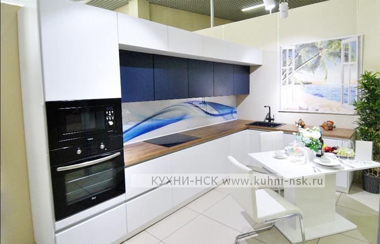 дизайн белой кухни с деревом
